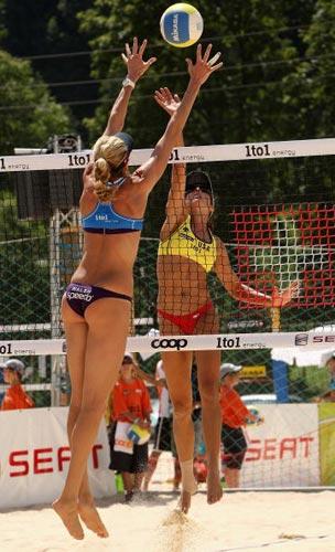 图文:沙滩排球女选手惹人关注 窈窕身段