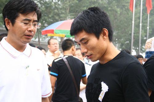 图文:王洪礼葬礼举行 郑智神情凝重