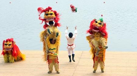 图文:顺义水上公园验收仪式 舞狮表演