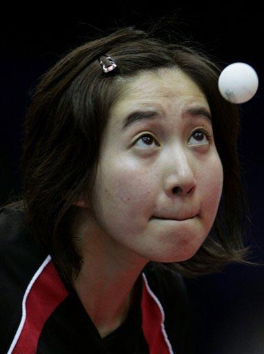 华裔女将揽泛美乒球冠亚军 吴雪准备发球