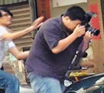 包小松被爆当街踹打记者