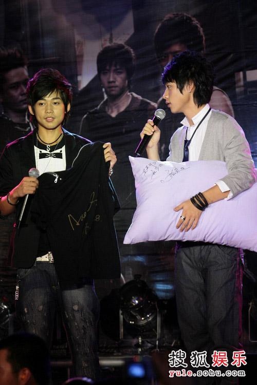 北京/魏晨抱着昂贵的枕头