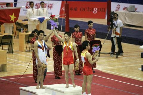 图文:体操世界杯上海站 男子自由体操颁奖现场