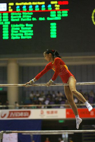 图文:[体操]07体操世界杯 肖婷婷高低杠失误