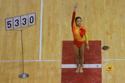 图文:[体操]07体操世界杯 程菲准备程菲跳