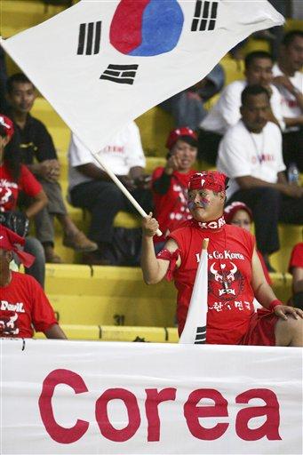 图文:[亚洲杯]日本VS韩国 国旗飘飘