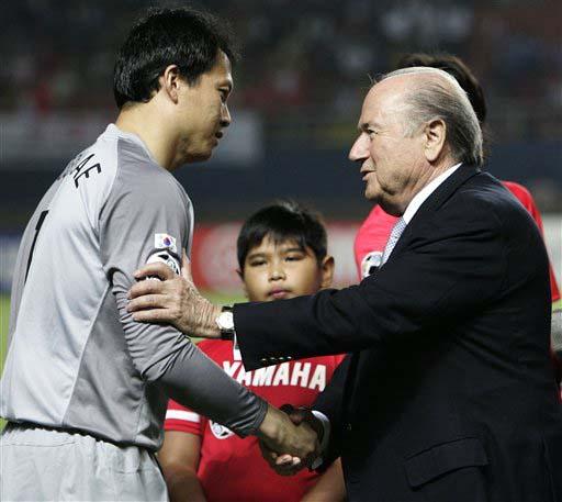 图文:[亚洲杯]日本VS韩国 布拉特与李云在交流