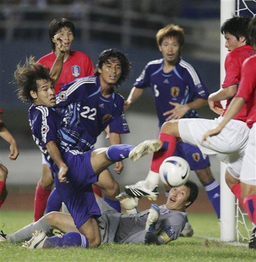 图文:[亚洲杯]日本VS韩国 门前一片混战