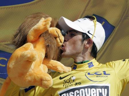 图文:环法大赛第19赛段 康塔多庆祝保住黄衫
