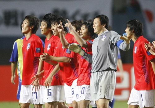 图文:[亚洲杯]日本5-6(点)韩国 庆祝队友罚中