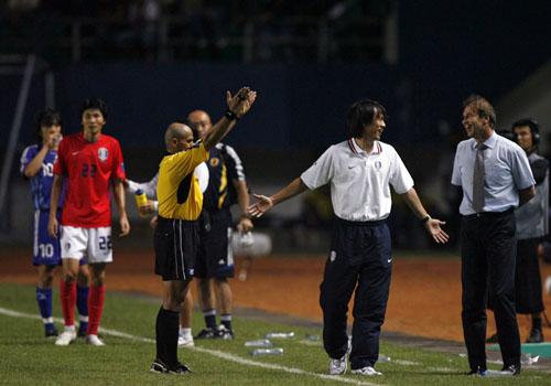 图文:[亚洲杯]日本5-6(点)韩国 洪明甫气急反笑