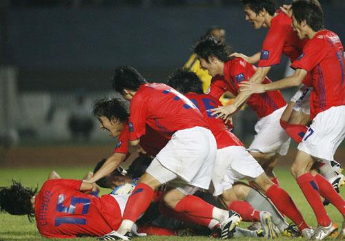 图文:[亚洲杯]日本5-6(点)韩国 疯狂庆祝胜利
