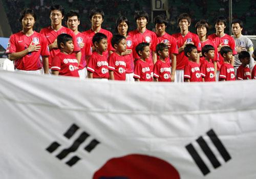 图文:[亚洲杯]日本5-6(点)韩国 聆听国歌