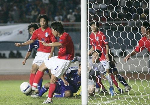 图文:[亚洲杯]日本5-6(点)韩国 门前混战