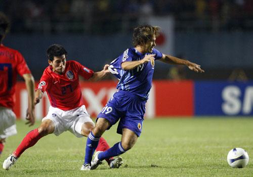 图文:[亚洲杯]日本5-6(点)韩国 高原奋力突破