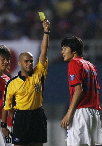 图文:[亚洲杯]日本5-6(点)韩国 黄牌警告