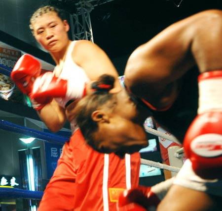 图文:中美女子拳击争霸赛 王亚南痛击美国拳王