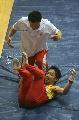 图文:体操世界杯上海站 邹凯掉下器械