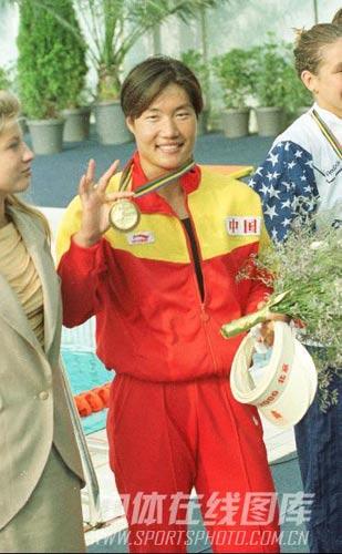 林莉展示血汗换来的金牌