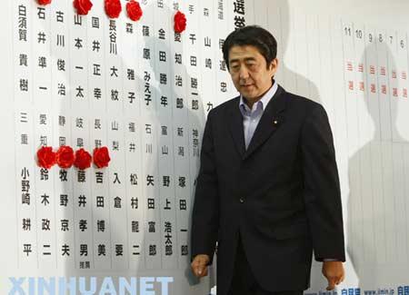 7月29日,在日本东京,日本首相安倍晋三走过候选人名单。当日,日本自民党在参议院选举中失利,在野党赢得参议院超过半数的议席,但日本首相安倍晋三表示将继续留任。 新华社/路透