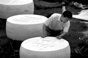 王文富在欣赏自己制作的巨型象棋. 本报实习生 张沫 摄图片
