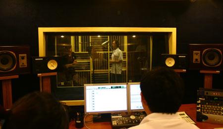 录音室内,紧张工作中