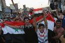 图文:伊拉克球迷狂欢死伤57人 小球迷高举国旗