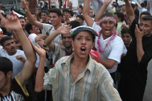 图文:伊拉克球迷狂欢死伤57人 年轻人看到希望
