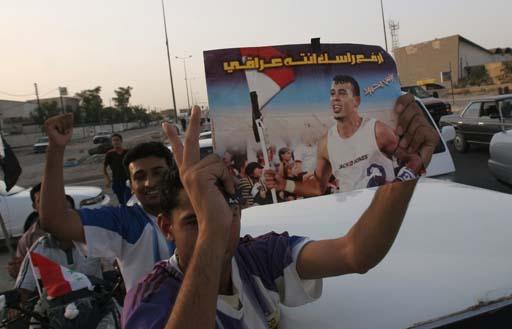 图文:伊拉克球迷狂欢死伤57人 高举球星照片