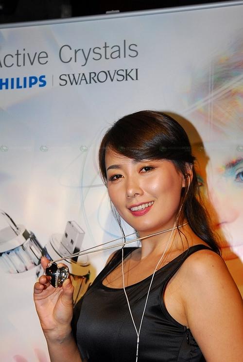 飞利浦联合施华洛 推出水晶耳机(图)