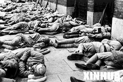 月27日,中国人民解放军战士在上海市解放后,不惊扰上海市民,