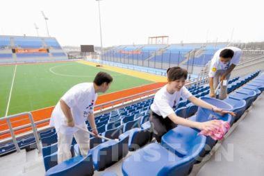 奥组委志愿者曲棍球场擦座椅