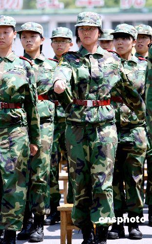 步操﹐展示他们十五天军事训练的成果和风采.首次招收的五十名女