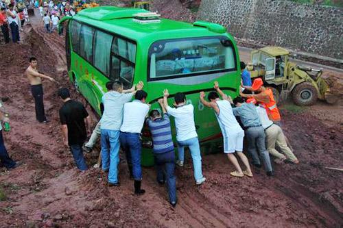 游客帮大巴司机推车