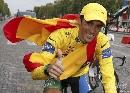 图文:环法赛康塔多夺总冠军 身披国旗竖起拇指