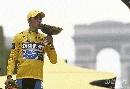 图文:环法赛康塔多夺总冠军 凯旋门前亲吻奖杯