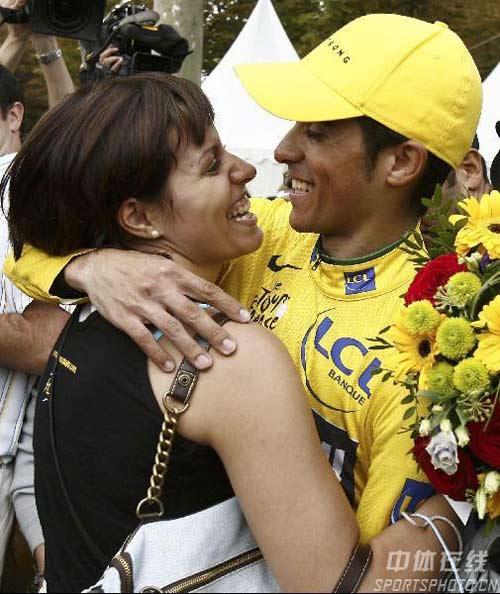 图文:环法赛康塔多夺总冠军 赛后亲吻未婚妻