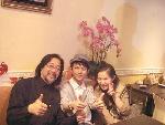 何炅在香港看完演出后和赖声川父女一起向香港演员表示赞美