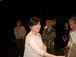 演出结束后,林青霞到后台看望演员