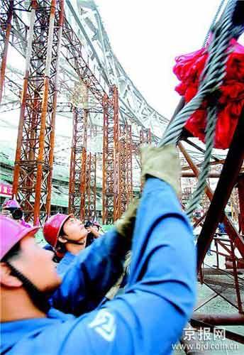 """图为2006年9月""""鸟巢""""卸载时,建设者们正在进行作业。"""