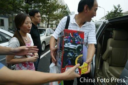 图文:备战田径世锦赛 刘翔获赠变形金刚玩具