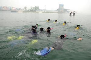 """""""蛙人""""首次在奥林匹克水上公园亮相。 新华社记者 罗晓光 摄"""