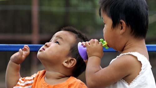尽管姐姐使出吃奶的力气吹响喇叭,但在小建宏的世界里仍然不知声音...
