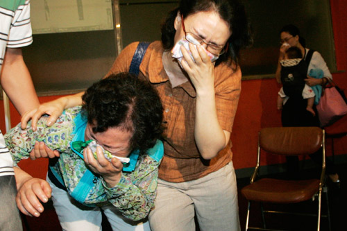 7月31日,韩国首尔,遇害人质沈成敏(Sim Sung-min)的家属在听到亲人遇难的消息后悲痛欲绝。