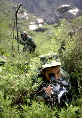 通过数字传输技术,侦察兵将拍摄的影像传回指挥部
