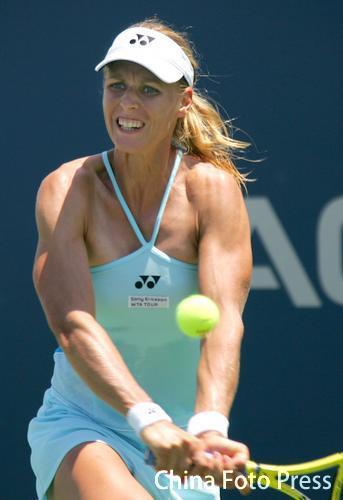 图文:阿库拉网球精英赛首轮 德门蒂耶娃回球