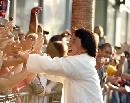图文:中国巨人亮相好莱坞 成龙与球迷握手