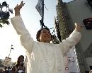 图文:中国巨人亮相好莱坞 成龙挥手致敬