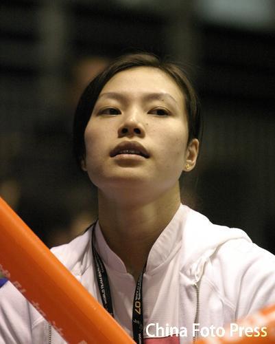 图文:2008奥运希望之星羽毛球谢杏芳 助威男友
