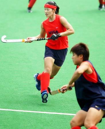 图文:北京奥运曲棍球场竣工 女曲队员场内训练